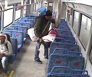 【動画】赤ちゃんを電車に乗るお父さん。タバコを吸う為ホームに降りるが…