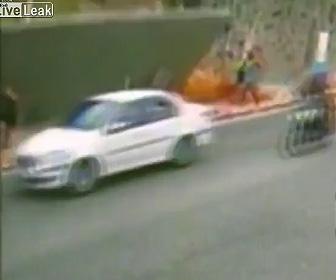 【動画】歩道を歩く女性が倒れてきた壁に押し潰されてしまう衝撃事故映像