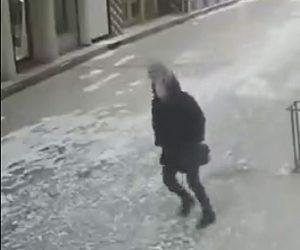 【動画】建物の外壁が落下し道を歩く女性の頭に直撃してしまう衝撃映像