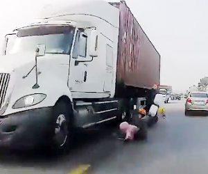 【動画】2人乗りバイクが車と接触し転倒。転倒した2人が反対車線の大型トラックに…