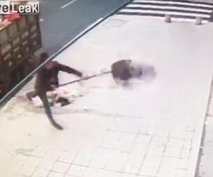 【動画】ゴミを回収する清掃作業員がブチ切れ。ゴミを店の前に撒き散らす