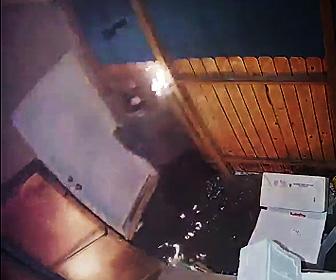 【動画】放火犯2人が店に火を付け慌てて逃げる防犯カメラ映像が凄い