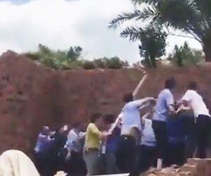 【動画】みんなで力を合わせて壁を押して倒すが横の壁も倒れてしまい…