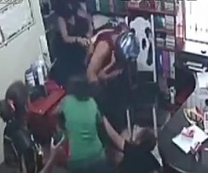 【動画】ナイフを持った武装強盗に女性達がみんなで立ち向かう衝撃映像