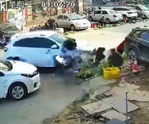 【動画】運転操作を誤った車が路上販売している所に突っ込んでしまう衝撃事故