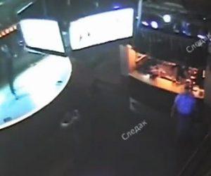 【閲覧注意動画】天井から吊るされているプラズマディスプレイが落下し下で踊る女性が潰されてしまう
