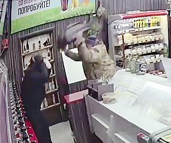 【動画】ハンマーを持った武装強盗が酒屋を襲うが催涙スプレーで反撃されボッコボコにされてしまう