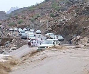 【動画】増水した川を渡ろうと車が突っ込んで行くが…
