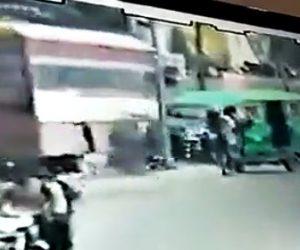 【動画】カップルが乗る自転車に三輪タクシーが突っ込み、カップルが反対車線のバスに轢かれてしまう