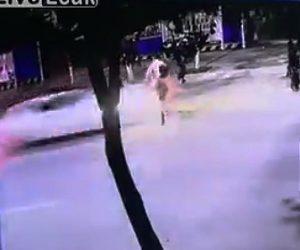 【動画】道を横断する2人乗りスクーターが猛スピードの車にはね飛ばされる衝撃事故
