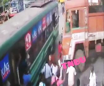 【動画】歩道を歩く女性がバスと大型トラックに挟まれ押し潰されてしまう衝撃事故