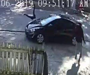 【動画】道を歩く女性を車が後ろから故意に撥ね飛ばす衝撃映像