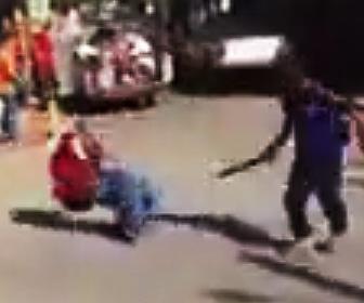 【動画】男性2人がマチェーテで激しい戦い。切り倒され血まみれで倒れる男性