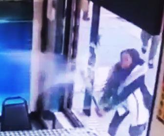 【動画】商品が売れ切れだった事に腹を立てバットで店のガラスを破壊する女性がヤバすぎる
