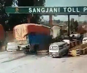 【動画】高速道路料金所で猛スピードのトラックがノーブレーキで突っ込んで来る衝撃事故