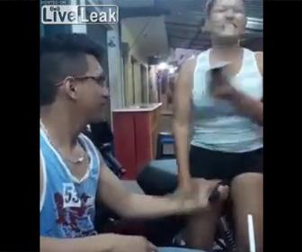 【動画】男性がふざけて女性の股間にスタンガンを当てる衝撃映像
