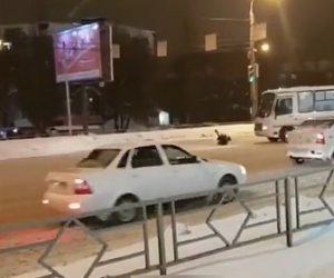 【動画】男が走るバスに正面から突っ込んで行く衝撃映像