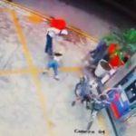 【動画】宅配ドライバーがガソリンスタンドで彼女の浮気を発見し殴りかかる衝撃映像