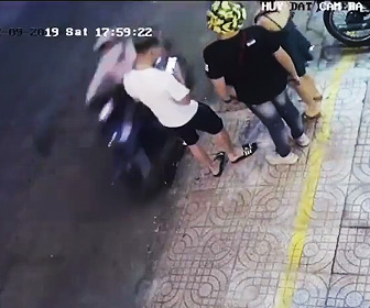 【動画】歩道でスマホを見ている男性がバイクに乗る男にスマホを奪われる衝撃映像