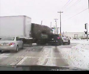【動画】青信号になり発進したパトカーに信号無視の大型トラックが突っ込んで来る衝撃事故