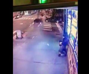 【動画】信号をなぎ倒し猛スピードで歩道に突っ込んで来る車