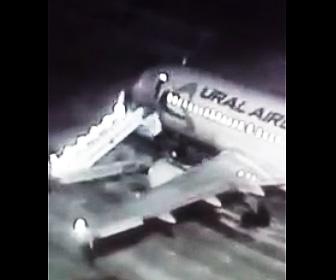 【動画】飛行機に乗り込もうとする人達がタラップから落下してしまう衝撃映像
