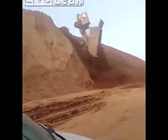 【動画】土砂を下ろそうとする大型トラックが落下してしまう衝撃映像