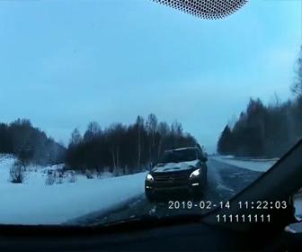 【動画】猛スピードの車が反対車線のSUV車に突っ込んでしまう衝撃事故