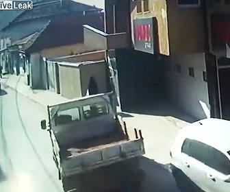 【動画】歩道を歩く妊婦に後ろからトラックが突っ込んでしまう衝撃事故