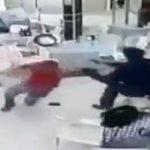 【動画】銃を持った武装強盗に必死に抵抗する男性が銃で撃ち殺されてしまう衝撃映像