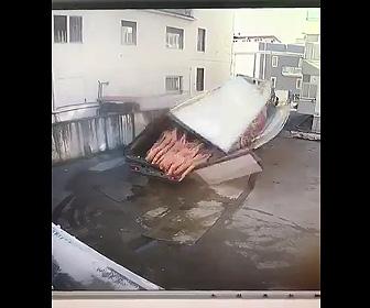 【動画】豚を運ぶ大型トラックが目的地に到着するが突然トレーラーが崩壊してしまう