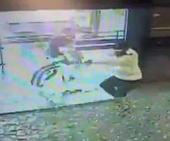 【動画】強盗と警備員が銃撃戦になり、後ろに回り込まれた警備員が…