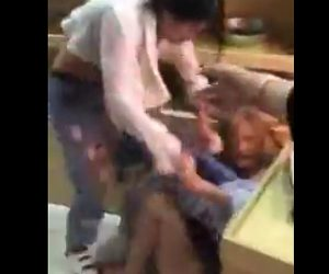 【動画】妻が夫の愛人の服を剥ぎ取り殴りかかる衝撃映像