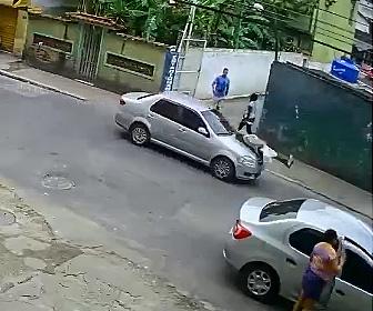 【動画】お婆さんが道をゆっくり渡るが車にはね飛ばされてしまう衝撃事故