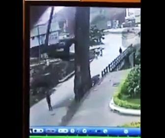 【動画】巨大な木の枝が落下し20歳の男性に直撃してしまう衝撃映像