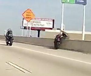【動画】バイクが高速道路の壁に激突しライダーが壁を乗り越え落下してしまう衝撃映像