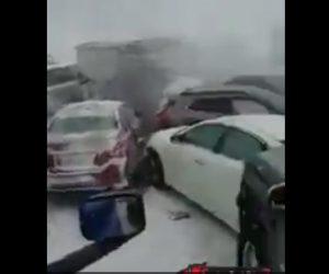 【動画】雪道視界不良で玉突き事故。次々と猛スピードの車が突っ込んで来る衝撃事故