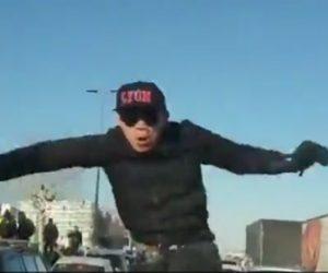 【動画】警察車両がデモ隊に襲われる衝撃事故映像