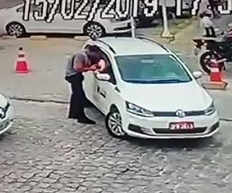 【動画】車を駐車しようとする運転手が男に至近距離から銃で撃たれてしまう衝撃映像