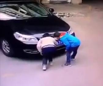 【動画】子供2人が高級車にとんでもないいたずらをする衝撃映像