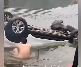 【動画】事故で水没していく車から男性が少年を助け出す衝撃映像