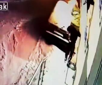 【動画】男2人が花屋に火を付けようとするが恐ろしい事になってしまう