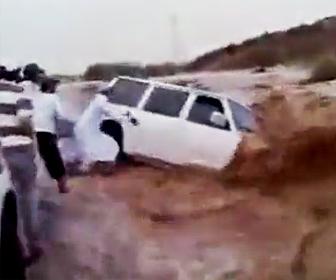 【動画】濁流に流されそうな車の中から人を助けようとするが…