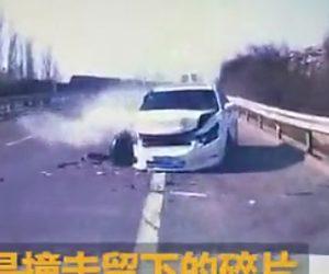 【動画】高速道路で突然止まってしまった車に後続車が突っ込んでしまう