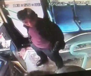 【動画】バス運転手に絡む酔っ払い男にバス乗客が強烈な前蹴りを食らわす