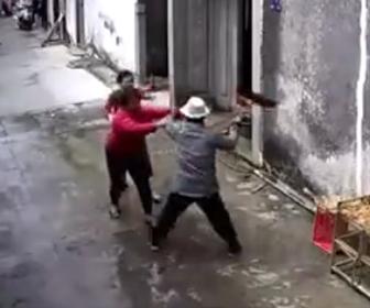 【動画】おじさんとおばさんが喧嘩。モップで殴り合い壁に投げ飛ばす