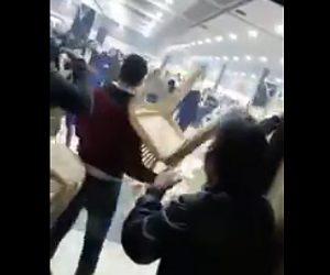 【動画】結婚式で大乱闘。新郎の家族と新婦の家族が椅子を投げ合い大乱闘になってしまう