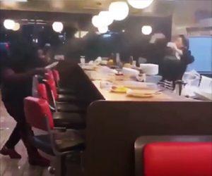 【動画】レストランで女性店員と客達が喧嘩。皿を投げ合い店内が滅茶苦茶になってしまう
