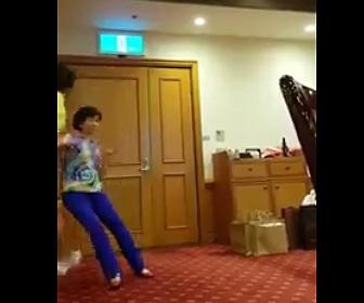【動画】スピーチをしている女性が心臓発作で倒れてしまう衝撃映像