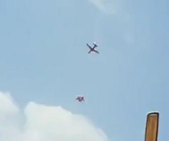 【動画】インド空軍のアクロバット飛行隊2機が空中で衝突し墜落してしまう